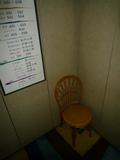 年配者への配慮から、エレベータにも椅子を設置