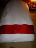 赤い布団掛けにあるロゴ