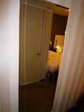 部屋の入口にある鏡