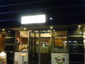 夜のレストランの玄関