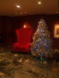 エレベータ付近にあるクリスマスツリーといすです。