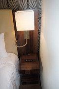ベッド脇のランプ