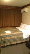 部屋入口から見たベッド