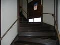 急な階段を上って