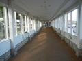 スパ施設への長い廊下