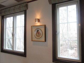 ロビーの窓と飾りの絵画