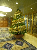 ホテルの入り口にもクリスマスツリーがありました
