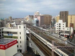 新幹線高架横に立地