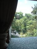 ホテル内から三重の塔を見る