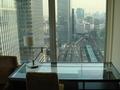 東京駅を眺めるデスク