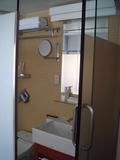 スライド式ドアのバスルーム