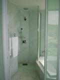 大きな窓のある開放的なバスルーム