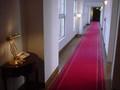 レッドカーペットの廊下