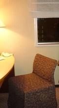 特徴のあるロールスクリーンと椅子