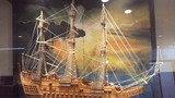 ロビーに飾られた帆船