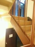 エレベーターの隣に階段室