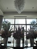 ロビーに飾られた巨大な花々