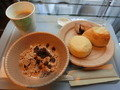 シリアルとパンの朝食