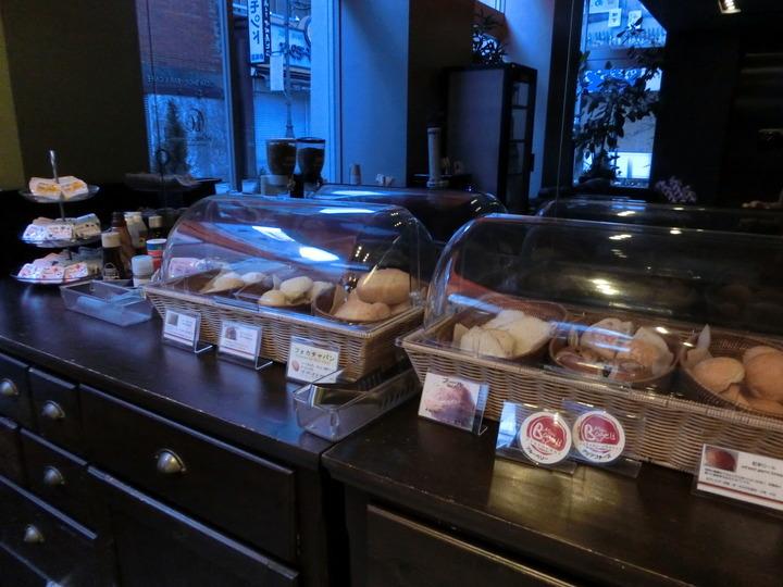 朝食のパンコーナー