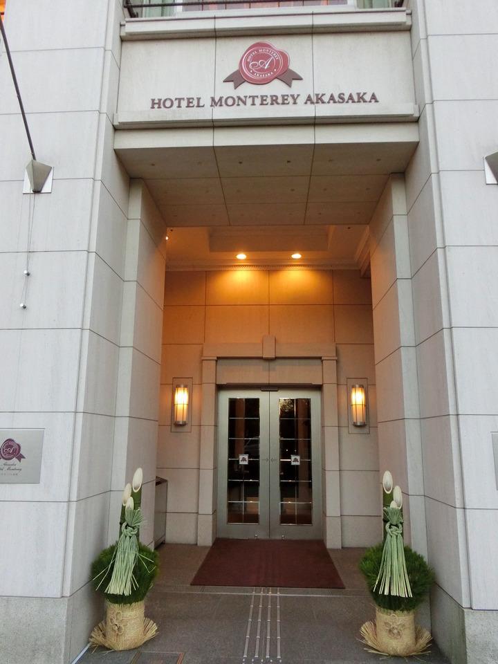 西洋風のホテル入口にも門松