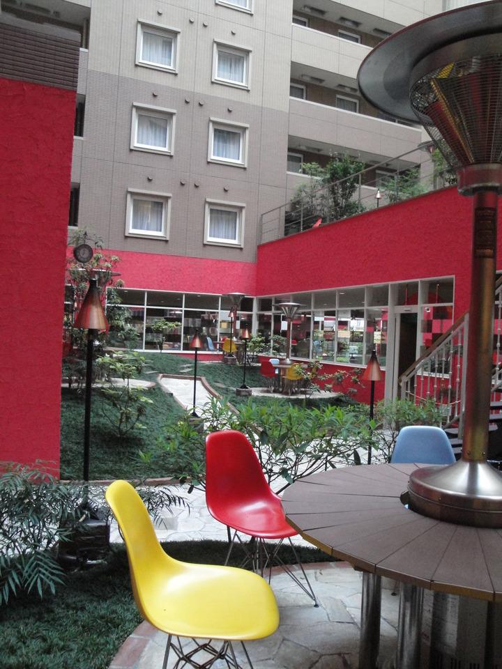 カラフルな色合いの中庭