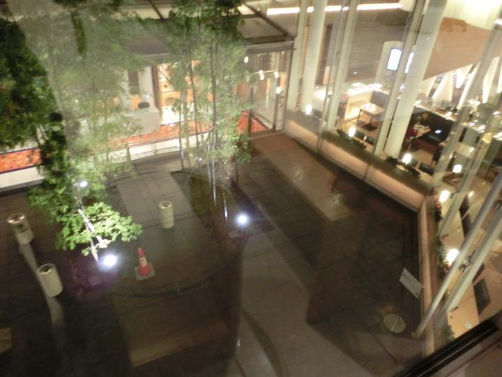 1階フロアから見た中庭とレストラン