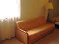 光が差し込んで、いい雰囲気のソファ。
