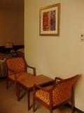一人がけの椅子と小さなテーブル。