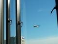 部屋から間近に航空機が見えます。