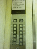 エレベーターのボタンと看板です。宿泊者用のカードキーは差せません。