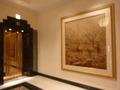 2階のエレベーターホールと絵画
