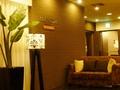フロント前のロビー APA HOTELのロゴとおしゃれな電気スタンド!