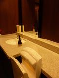 フロント階の女子トイレの温風乾燥機と大きな鏡