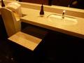 フロント階のトイレの洗面と荷物台
