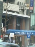 細長いビル。タクシー乗り場があり、便利。