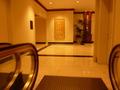 1階から2階にエスカレーターで上がったところ(2階正面玄関方面)