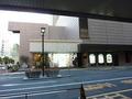 右手が駐車場、正面はタワー1階