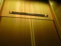 ゴールドが基調の本館エレベーター
