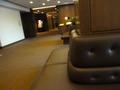 17階レストラン入口と、ロビーの豪華なソファー