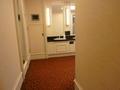 赤い絨毯敷きの本館17階のトイレ入口
