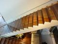 1階入口と2階フロントを結ぶ階段