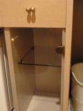 冷蔵庫の隣の棚と引出し