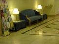 フロント前のソファ