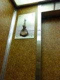 本館エレベーター内(香り袋?)