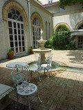 中庭のかわいい白いチェアー