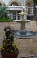 中庭の噴水と 花の鉢植え