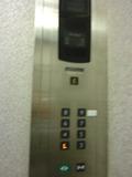 西館エレベーター内
