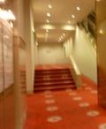 新館 エスカレーター横の階段