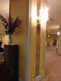 宴会場の柱の照明とお花