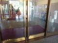 金が基調の「新館のホテル入口」自動ドア